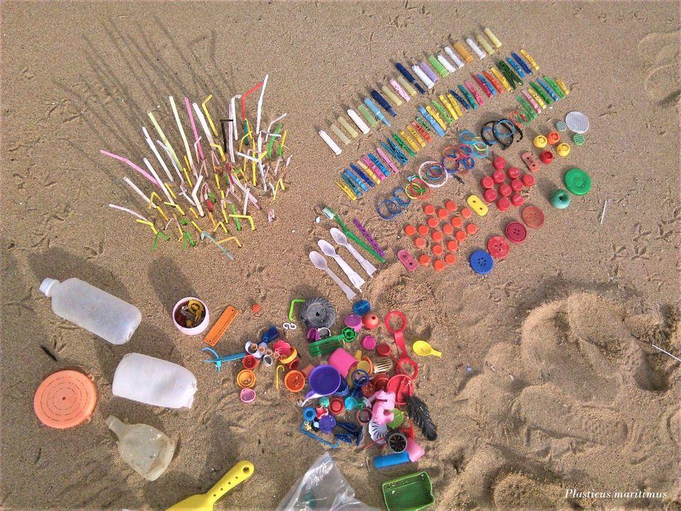 plast na pláži