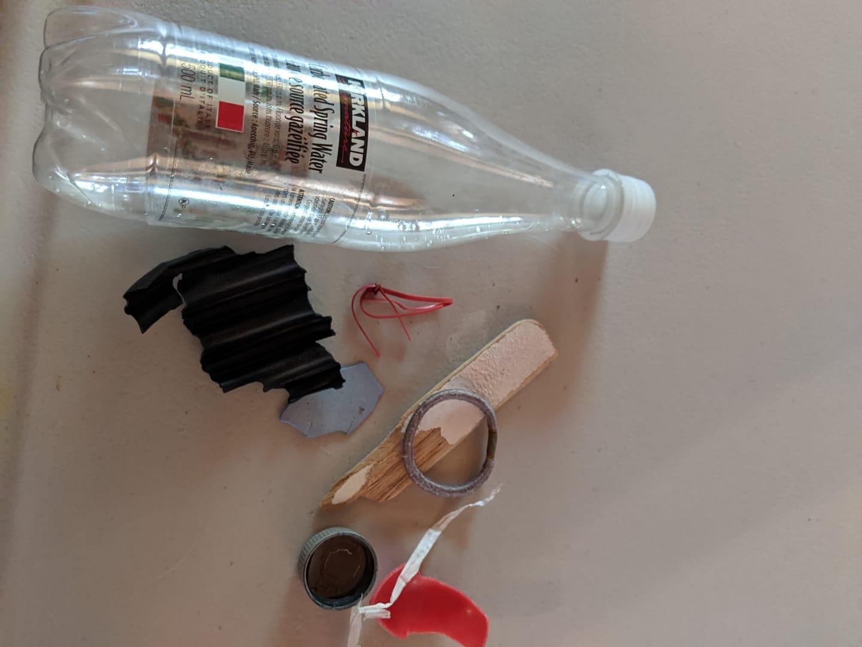 plastová láhev nalezená na pláži